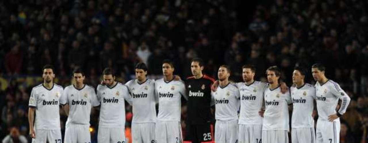 El once inicial del Real Madrid durante el minuto de silencio.