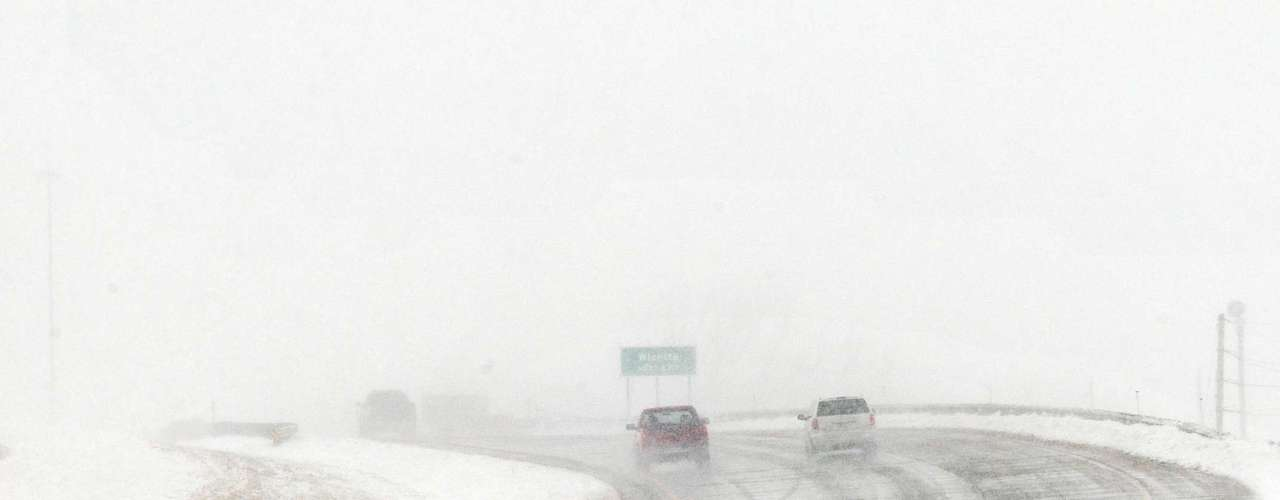También la ciudad de Kansas City, en Kansas, padecía la mañana de este martes del azote de la tormenta invernal con ráfagas de nieve. Los vuelos de llegada y salida en el aeropuerto internacional de Kansas City fueron cancelados y las escuelas oficinas gubernamentales y empresas dejaron de operar.