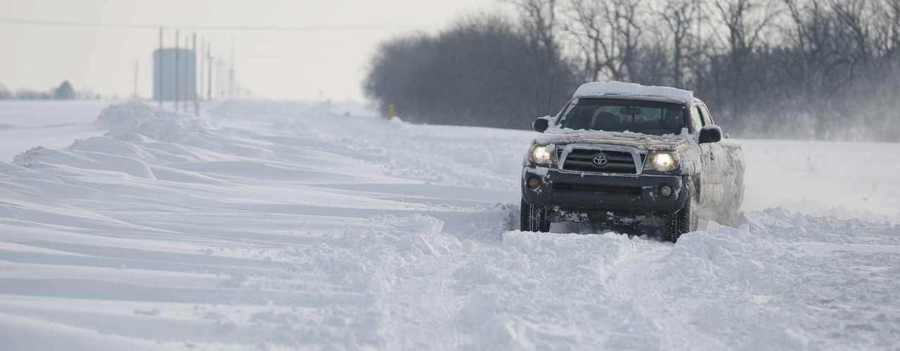 La tormenta, que dejaba caer hasta 43 centímetros de nieve en Amarillo, Texas, y azotaba Kansas City y Missouri con vientos de hasta 48 kilómetros por hora, continuaba desplazándose hacia el norte. El temporal alcanzaría Chicago y Detroit por la tarde, llevando hasta 15 centímetros de nieve, reportó CNN.