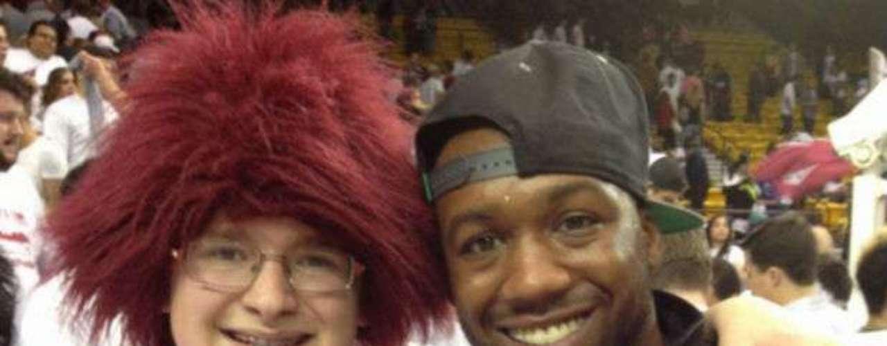 Trout suele acudir a menudo a los juegos de bas quetbol de la NBA y tomarse fotos con los fanáticos.