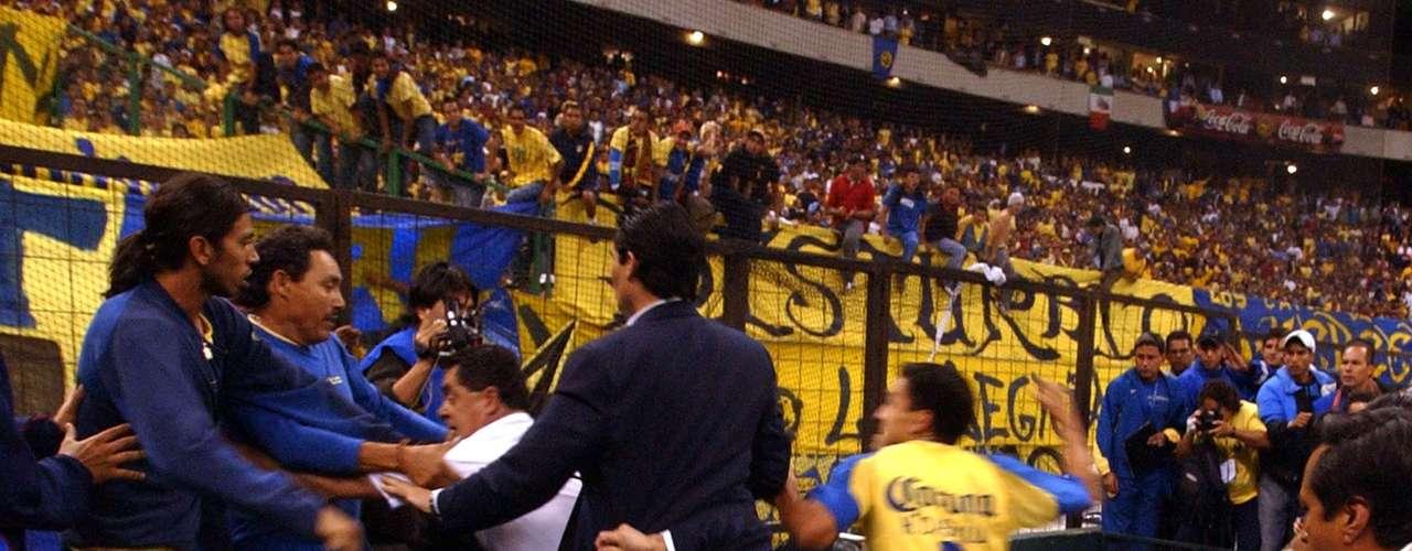 El 11 de mayo de 2004, uno de los escándalos por violencia más grandes de los últimos años en el fútbol se vivió en el estadio Azteca de México, en un duelo entre América y Sao Caetano por la Copa Libertadores, en el que los brasileños eliminaron a sus contrincantes. Terminado el juego inició una gresca gigante en la que se vieron implicados hasta los hinchas. Cuauhtémoc Blanco fue uno de los grandes protagonistas.