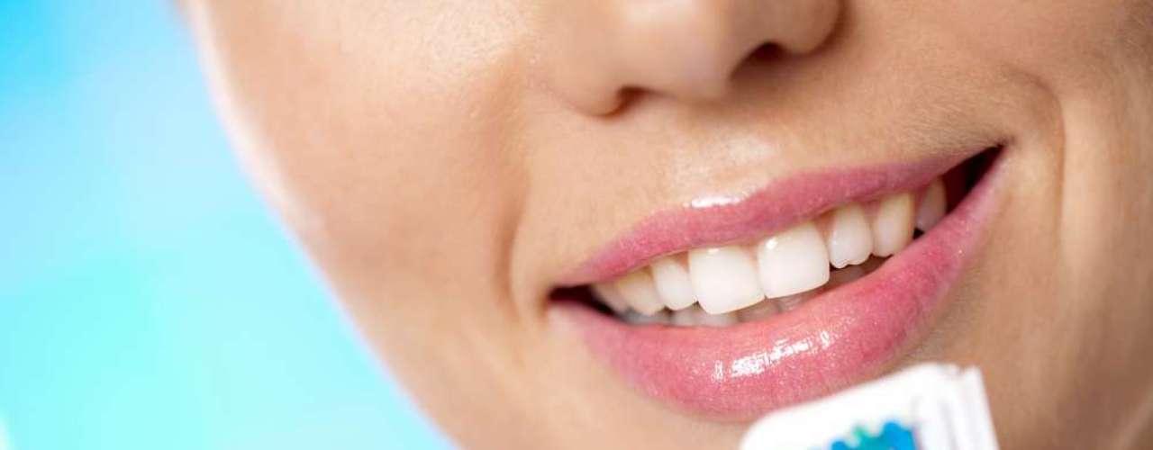 Como todo en la vida, el exceso no es bueno. Y eso incluye la higiene bucal. Aunque las campañas de prevención de enfermedades orales sean enfocadas en el cuidado diario con la salud de la boca, hay que tener en cuenta que las medidas propuestas no deben ser aplicadas excesivamente.