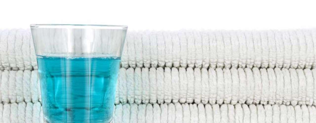 Los ingredientes de los enjuagues bucales varían, pero algunos contienen altos niveles de alcohol, entre un 18 y 26%. Esto puede producir una sensación de ardor en las mejillas, los dientes y las encías, y hasta ocasionar intoxicación si se ingieren o consumen sin criterio.