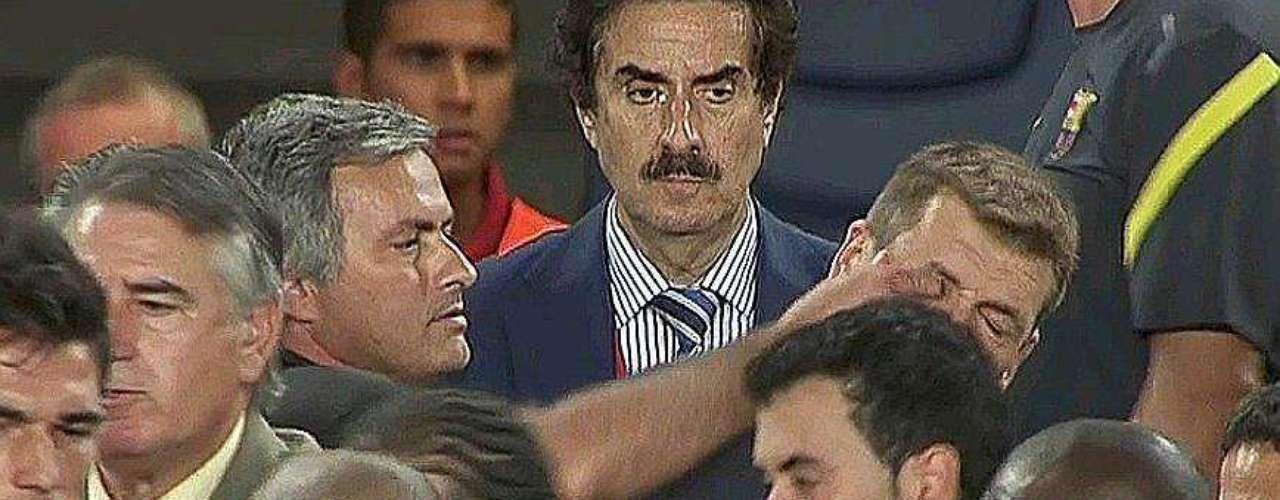 El 17 agosto de 2011, el Superclásico español vivió el conflicto más fuerte de su historia, cuando Marcelo le hizo una fuerte entrada a Cesc Fábregas, que desencadenó el enojo de los jugadores de Barcelona y la defensa del Real Madrid. La gresca terminó con la imagen de José Mourinho clavándole el dedo en el ojo a Tito Vilanova, quien en ese momento era el asistente de Pep Guardiola, lo que causó una gran tensión en los jugadores de la selección española de ambas escuadras.