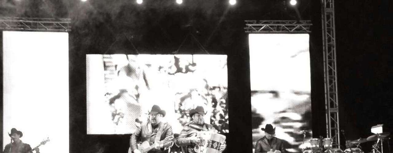 Los integrantes del grupo Pesado llenaron de sabor y pusieron a gozar a todos con el gran show que dieron en el 'Border Fest 2013'.