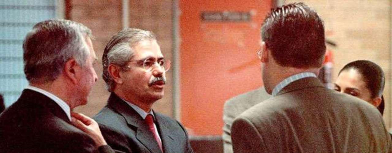 Óscar Espinosa Villanueva fue acusado de peculado por 420 millones de pesos durante su gestión al frente del entonces Departamento del Distrito Federal. El 12 de diciembre del 2000 Espinosa Villarreal fue detenido tras entregarse por su propia cuenta. El 9 de agosto de 2006 la SCJN le concede un amparo y queda libre de todo proceso en su contra.