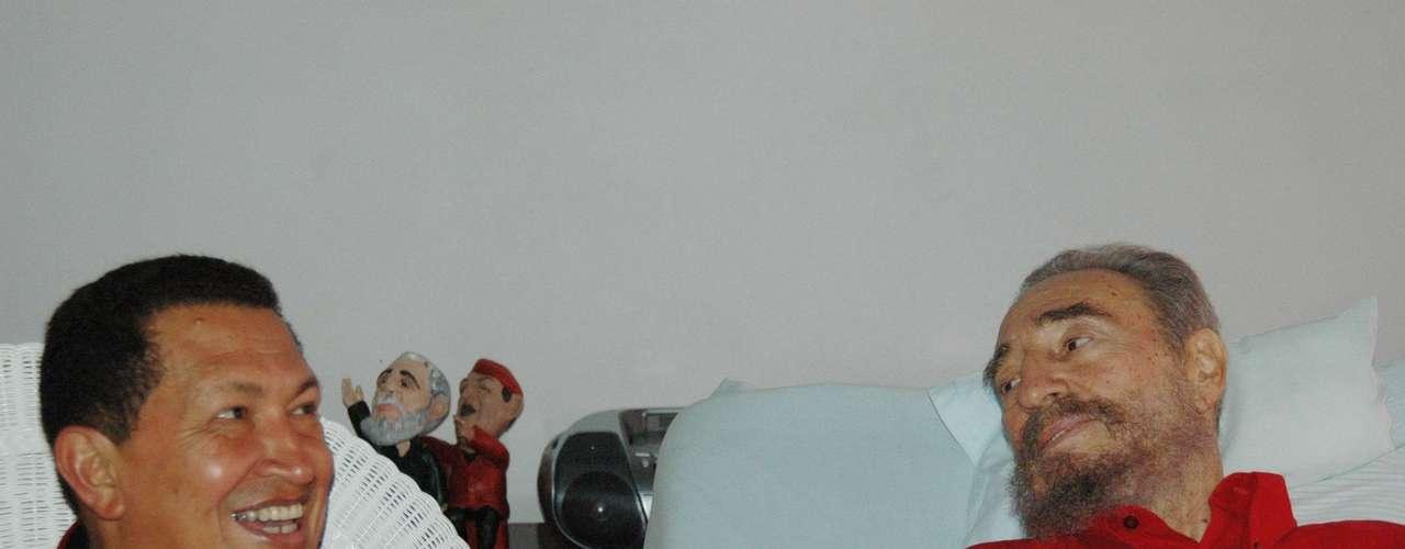 En esta fotografía de archivo del 13 de agosto de 2006 difundida por el periódico cubano Granma, el líder de ese país Fidel Castro, a la derecha, y su colega venezolano Hugo Chávez estrechan su mano mientras Castro se recupera de una operación en La Habana, Cuba. El vicepresidente venezolano Nicolás Maduro anunció el martes 5 de marzo de 2013 que Chávez, de 58 años, ha muerto. (Foto AP/Granma, archivo)