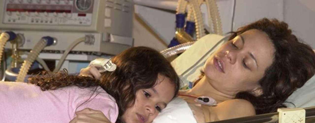 En 2003, Marquezine participó por primera vez de una novela del canal de televisión Globo, en Brasil. Su estreno aconteció en Mulheres Apaixonadas, en la cual interpretó Salete, una niña que tenía premoniciones. En la foto, la actriz actúa con Vanessa Gerbelli, que en la trama vivió su madre, Fernanda.