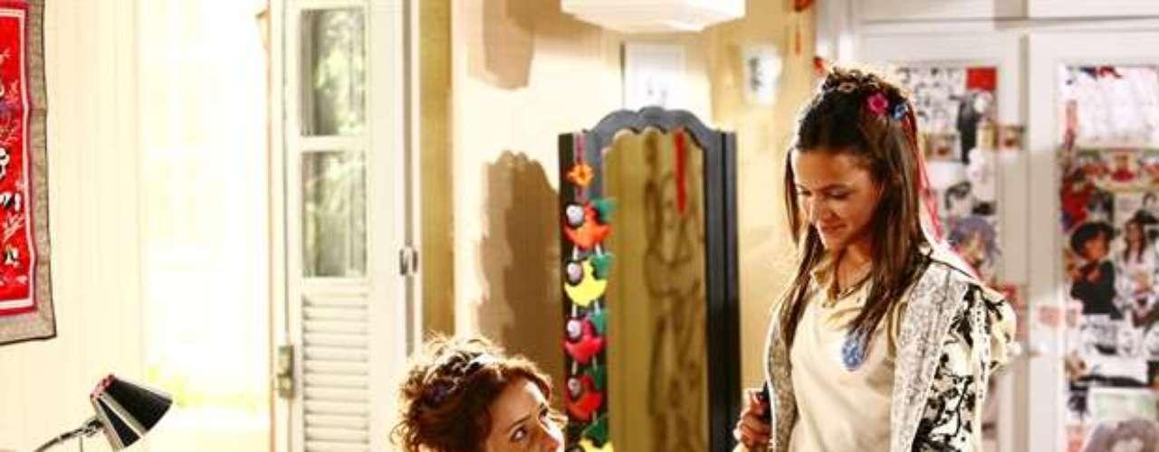 En 2008, Marquezine vivió el personaje Flor de Lys, en la novela de Globo Negócio da China. En la foto, ella actúa con Leona Cavalli.