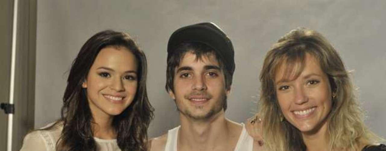 BrunaMarquezine posa al lado de Fiuk y Juliana Didone.