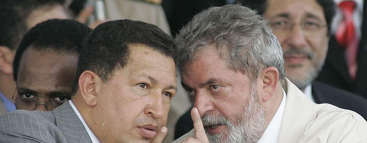En esta fotografía de archivo del 16 de diciembre de 2005, el presidente venezolano Hugo Chávez, izquierda, habla con su colega brasileño Luis Inacio Lula da Silva durante una ceremonia en el complejo industrial del puerto Suape en la ciudad nororiental de Recife, Brasil. El vicepresidente venezolano Nicolás Maduro anunció el martes 5 de marzo de 2013 que Chávez, de 58 años, ha muerto. (Foto AP/Alexandre Meneghini, archivo)