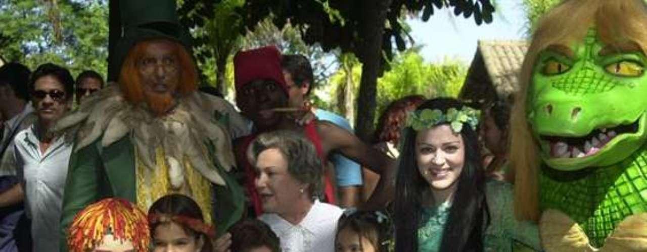 La actrizposa con el elenco de'Sítio do Picapau Amarelo', en 2004.