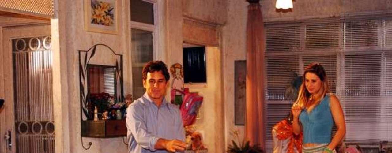 En 2005, vivió el personaje Flor, en la novela de Globo América. En la foto: Flor (Bruna Marquezine), Jabotá (Marcos Frota) e Islene (Paula Burlamaqui).