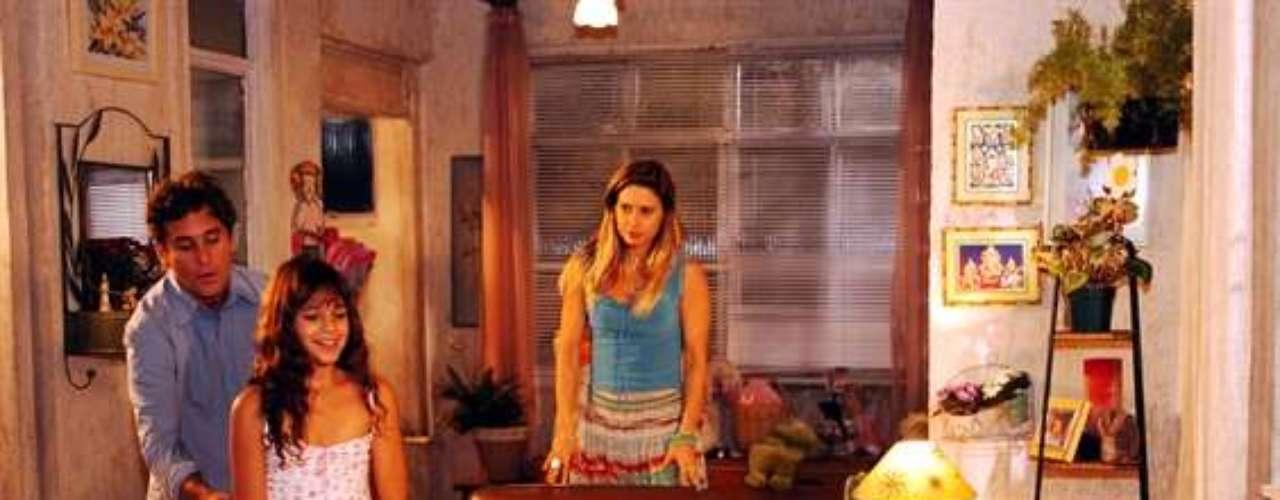 Flor (Bruna Marquezine), Jatobá (Marcos Frota) e Islene (Paula Burlamaqui), en la novela 'América', de 2005.