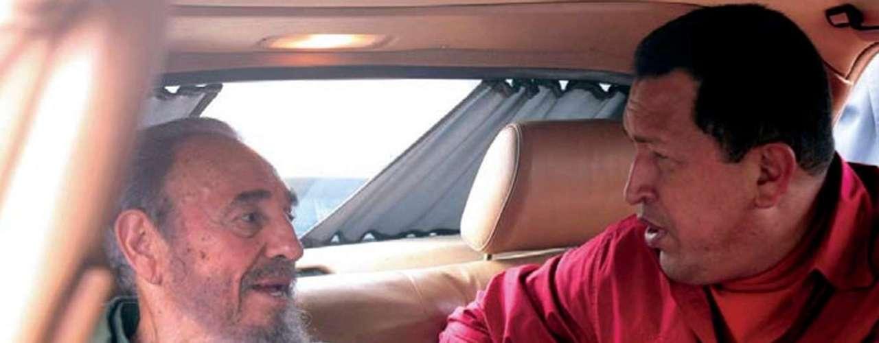 En esta fotografía de archivo del 22 de julio de 2006 difundida por la oficina de prensa del palacio de Miraflores, el presidente venezolano Hugo Chávez, derecha, habla con su colega cubano Fidel Castro durante la visita de ambos a la casa del revolucionario Ernesto \