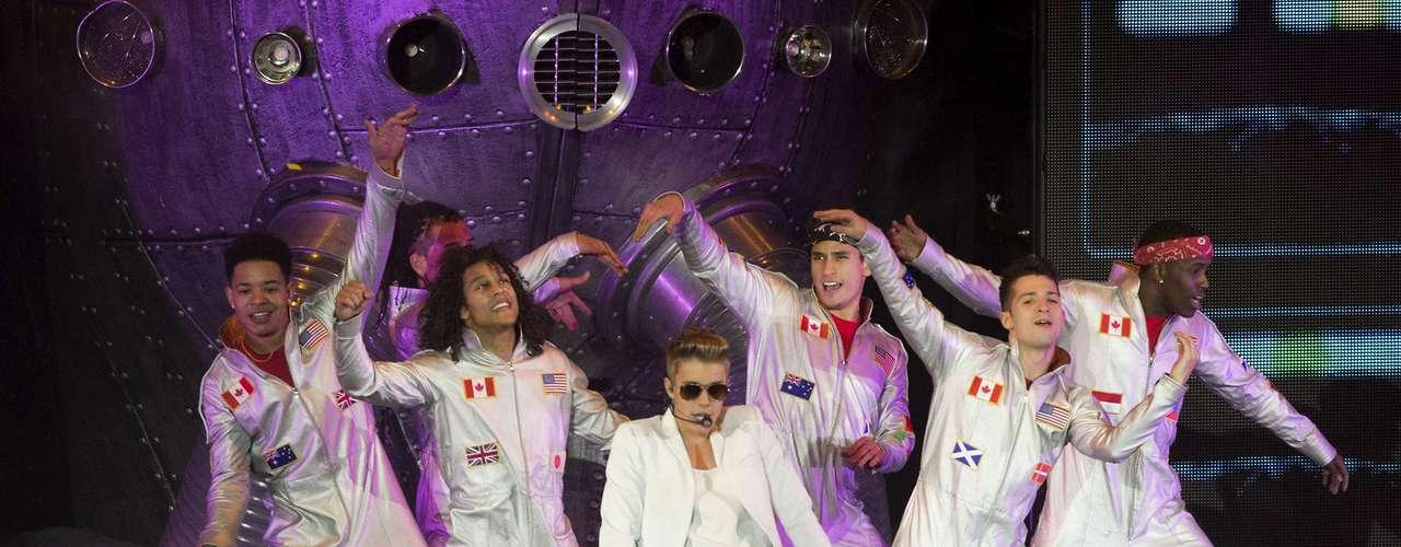 Justin Bieber se disculpó con sus fanáticos tras hacerlos sufrir mientras esperaban su llegada a su polémico concierto en la O2 Arena de Londres. \