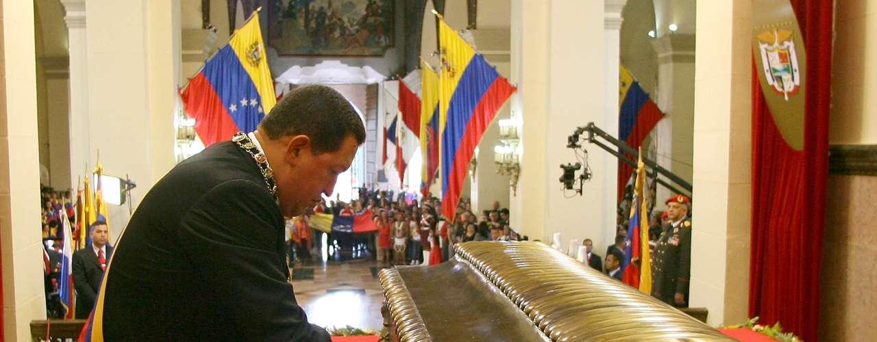 Chávez cierra el ataúd de Simón Bolívar, considerado un héroe de la independencia de varios países de América del Sur, durante la ceremonia de conmemorativa de su aniversario 227o en Caracas, celebrada en 2010.