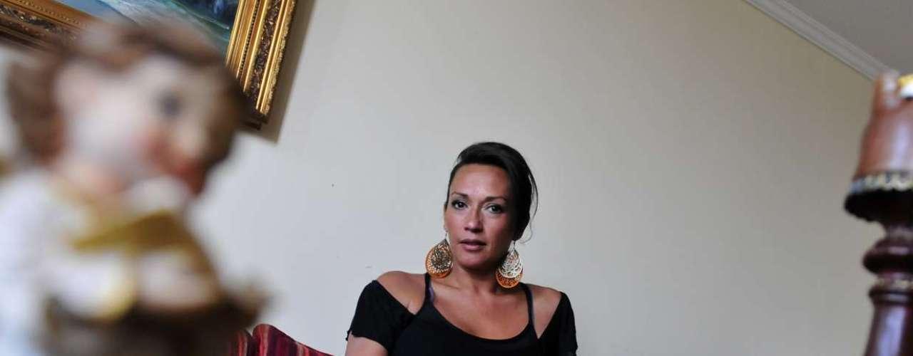 Marisela Santibáñez tiene 37 años, una voz ronca y una personalidad fuerte. Habla con convicción de aquellas cosas que le apasionan como el fútbol y a la vez se emociona con facilidad cuando habla de la muerte de su hija Rafaela en manos de una leucemia. Te invitamos a leer la entrevista.