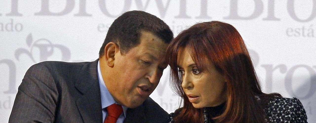 Otra de las mujeres más queridas para Chávez fue Cristina Fernández. Ambos mantenían una amistad muy cercana por compartir ideales políticos y se cree que la presidenta argentina puede sucederlo como líder de la región. Entre 2006 y 2008, Chávez compró bonos a Argentina por unos 5.000 millones de dólares, lo que permitió al kirchnerismo saldar deuda con organismos internacionales, aunque a intereses de hasta el 15 por ciento anual. Read more here: http://www.elnuevoherald.com/2013/03/06/1423777/cristina-fernandez-pierde-a-su.html#storylink=cpy