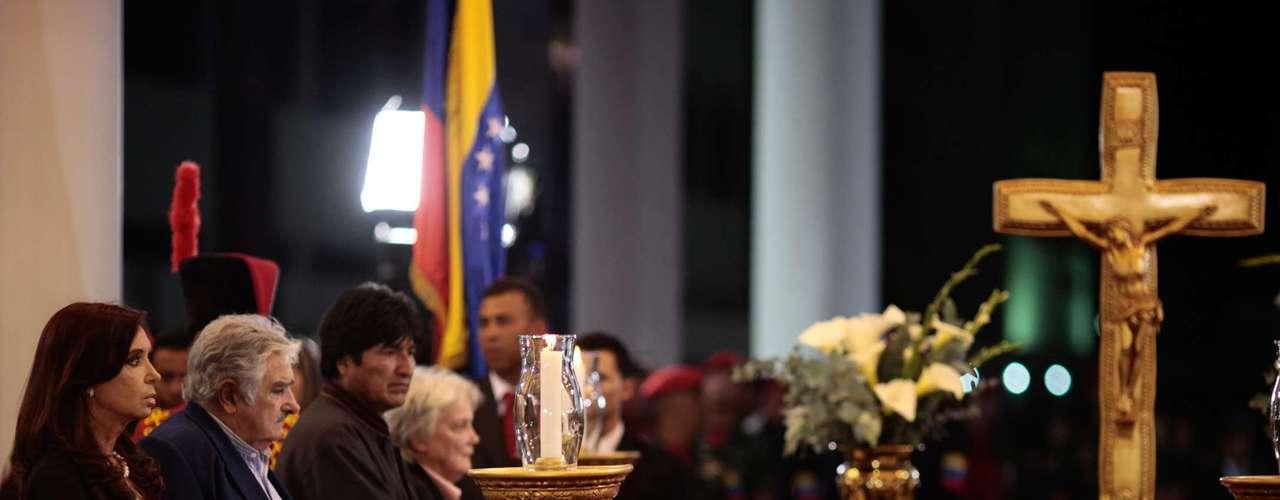 De izquierda a derecha, los presidentes de  Argentina Cristina Fernández; José Mujica de Uruguay; Evo Morales de Bolivia y la esposa del mandatario uruguayo y senadora Lucía Topolansky montan guardia de honor ante el féretro del presidente venezolano Hugo Chávez, en un salón de la Academia Militar, en Caracas, el miércoles 6 de marzo de 2013. El funeral se prevé para el viernes. (Foto AP/Palacio Presidencial de Miraflores)