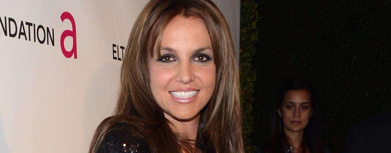 Britney Spears: la princesa del pop fue acusada por su exguardaespaldas de haberlo acosado sexualmente. Anteriormente, la cantante provocó polémica cuando se reveló que habían sido robados de su hogar videos eróticos que grababa con sus parejas y variosaños antes también, cuando fue captada por los paparazzi en un balcón practicando -supuestamente- sexo oral a su novio.