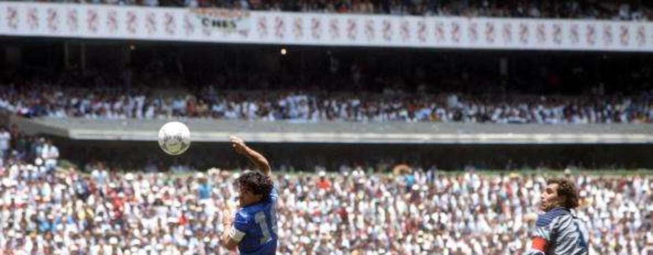 El partido de cuartos de final en México 1986 entre Argentina e Inglaterra: El 22 de junio de 1986, en los cuartos de final del mundial entre Argentina e Inglaterra, sucedió uno de los momentos más polémicos en un campeonato del mundo, gracias a 'La mano de Dios', como es conocido el primer gol de este partido, anotado por Diego Armando Maradona.