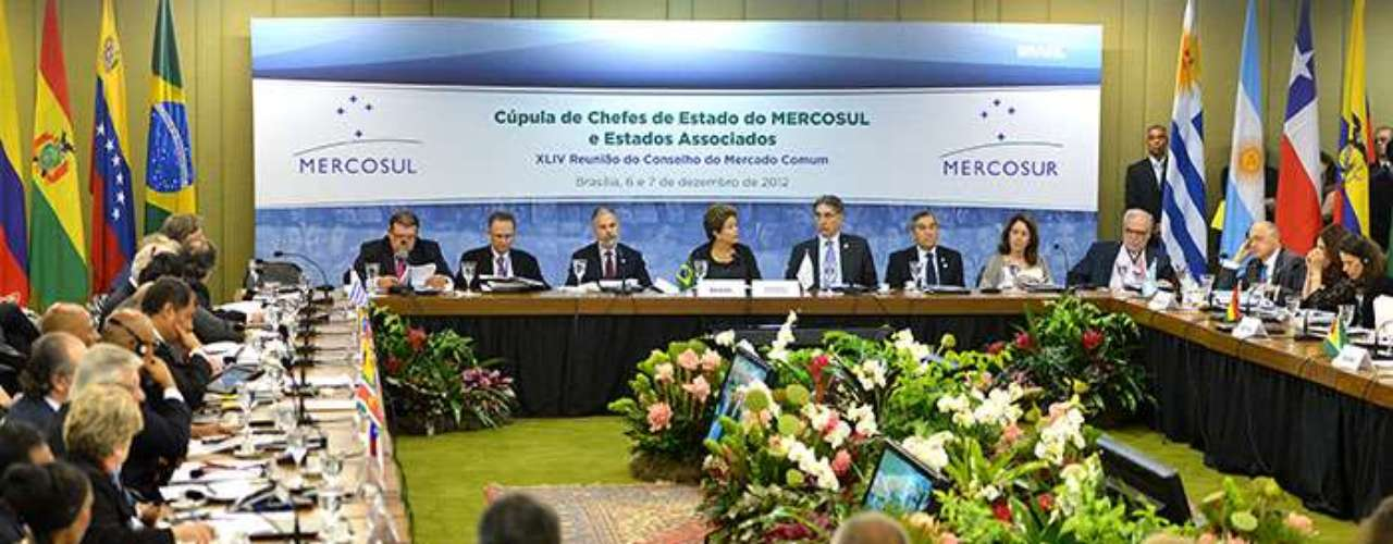 Ahora, para que Paraguay salga del limbo en el que se encuentra, el grupo ha puesto como condición esperar el resultado de las nuevas elecciones de abril próximo, pues no reconoce al Gobierno de Federico Franco, el vicepresidente que sucedió a Lugo.