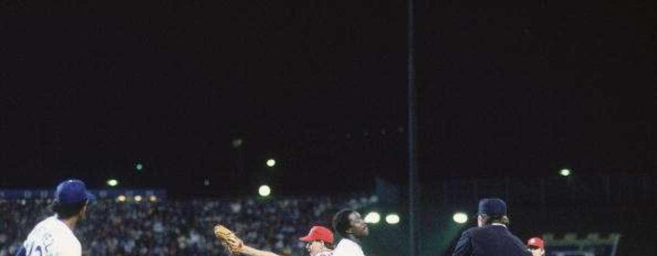 El juego 6 de Serie Mundial de béisbol de 1985: El 26 de octubre de 1985, con la ventaja de 3-2 y a un out del triunfo, los Cardinals de San Luis se disponían a celebrar el título de la Serie Mundial. El mexicano Jorge Orta conectó un lanzamiento a la primera base donde Jack Clark se la da al lanzador Todd Worrell para completar el out.