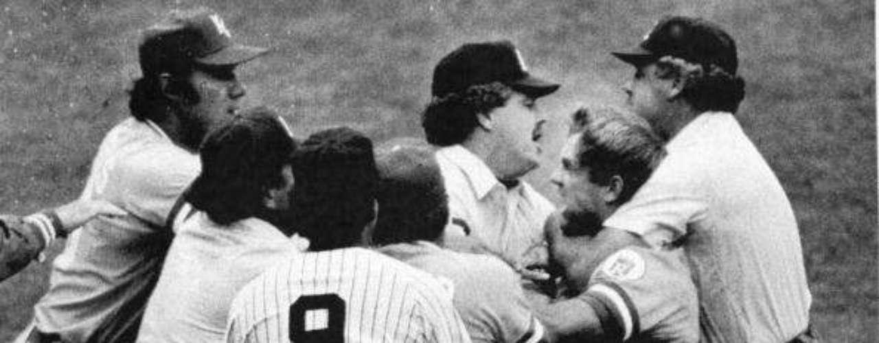 El manager de los Bombarderos del Bronx, Billy Martin, protestó y pidió que se aplicara la regla de que ninguna sustancia extraña al bate debe extenderse por el mismo por 18 pulgadas. Los árbitros consultaron y analizaron el bate, decidieron marcar out a Brett y desataron su furia. Tras protestas de Kansas City, volvieron a marcar el jonrón, que a la postre le daría la victoria a los Royals.
