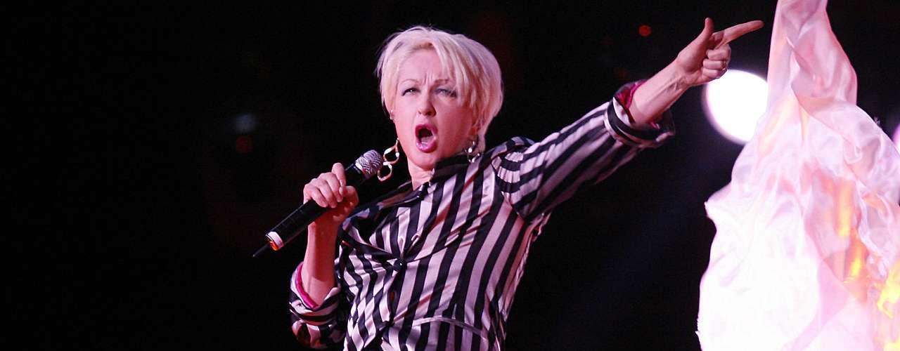 Cuando Cindy Lauper se hizo famosa en la década de los 80rechazó el ofrecimiento de grabar la canción 'Open Your Heart', que, sin duda, fue uno de los grandes errores de su carrera, pues sin desaprovechar la oportunidad, Madonna hizo suyo el éxito que hoy es un clásico del pop.