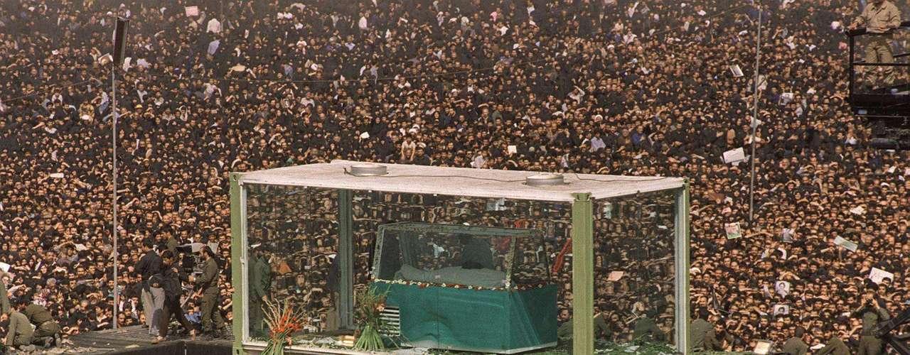 Se estima que cerca de tres millones de personas asistieron al funeral del ayatolá Jomeiny, en Teherán, en 1989. Fundador de la República Islámica de Irán