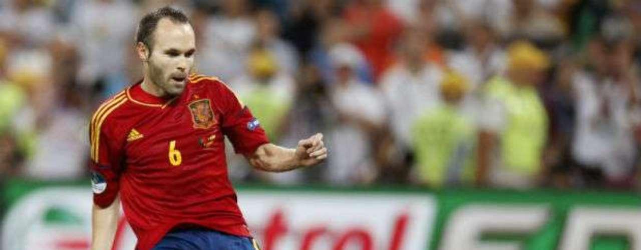 El actual campeón del mundo, España, cuenta en sus filas al que quizá sea el mejor volante del mundo. Nos referimos a Andrés Iniesta. La Furia es una máquina generadora de hacer buen futbol ofensivo gracias precisamente al 'Manchego', que buscará ganar un título más con la selección ibérica.