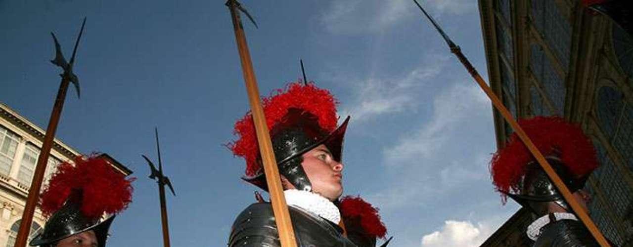 Esta guardia fue fundada por el Papa Julio II debido a la fama de los mercenarios suizos en las guerras de Borgoña.