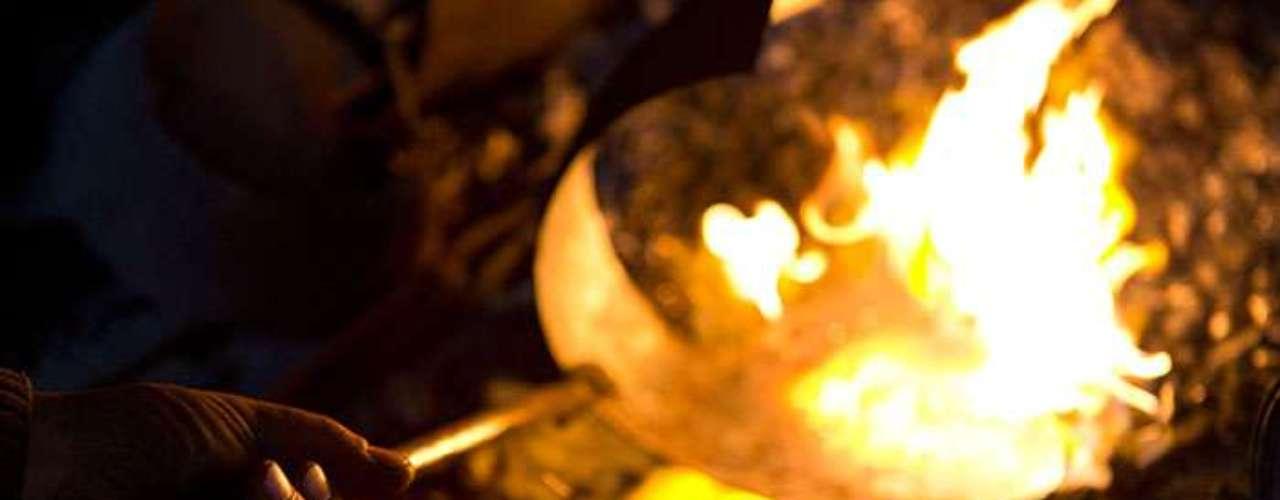 El hierro de las armadures es forjado a la vieja usanza en hornos, sin mayor protyección para los integrantes de la familia Schmidberger, tal como se acostumbraba antaño.