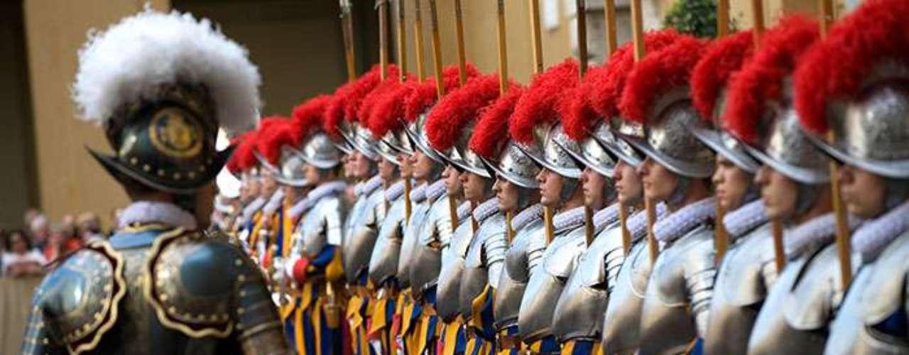 Benedicto XVI encargó su fabricación en enero, cuando ya había tomado la decisión de renunciar, y el encargo ha sido realizado a una armería austríaca, que fabricará los pertrechos de la Guardia Suiza a la antigua usanza.