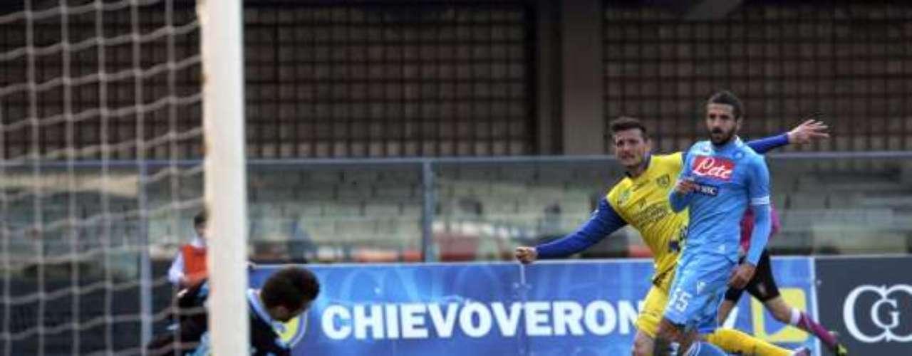 En Verona, el Chievo derrotó por 2-0 al Nápoles, que se alejó a nueve puntos del líder,la Juventus de Turín.