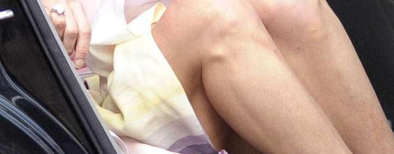 Toda la faja que traía puesta debajo de su ropa para que le apretara la parte de las piernas y el vientre para lucir más estilizada