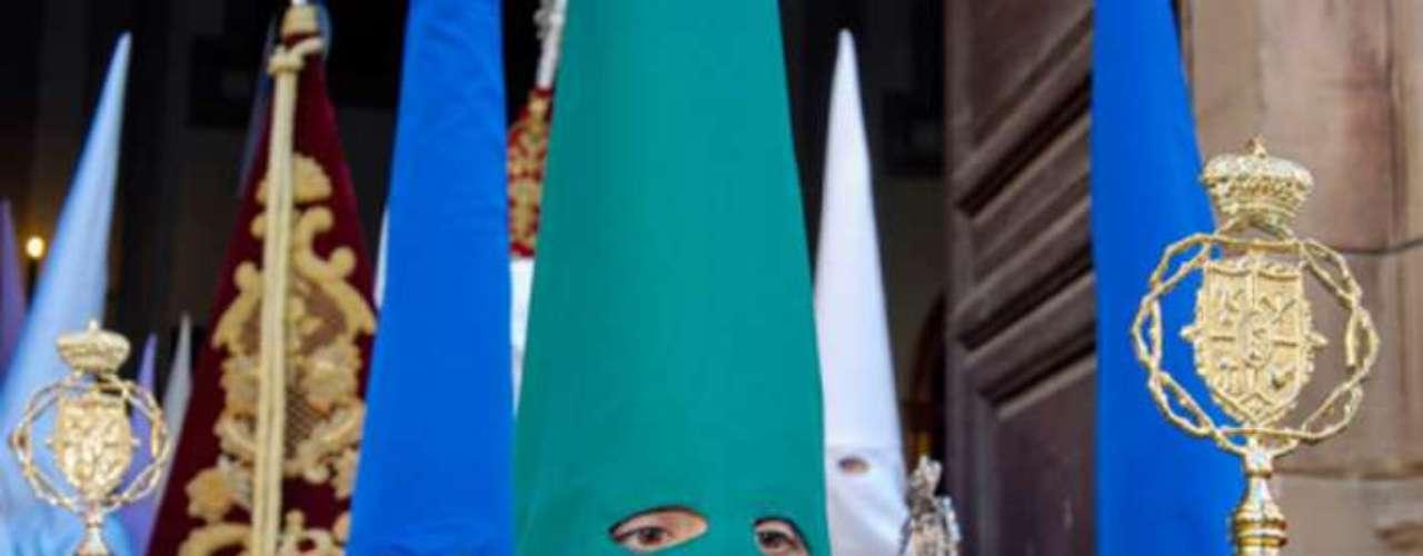 El capirote es un sombrero de forma cónica, normalmente de cartón que se recubre con un amplio antifaz de tela que sirve para cubrir la cara, el pecho y parte de la espalda del penitente para salvaguardar así su anonimato, aunque hay lugares en los que el cofrade desfila a cara descubierta, con lo que el capirote pierde la parte frontal del antifaz.