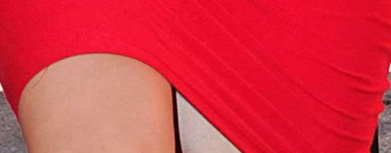 Kim abrió demás sus piernas y eso mostró que la socialité usa spanx para tener a sus voluptuosas curvas bajo control