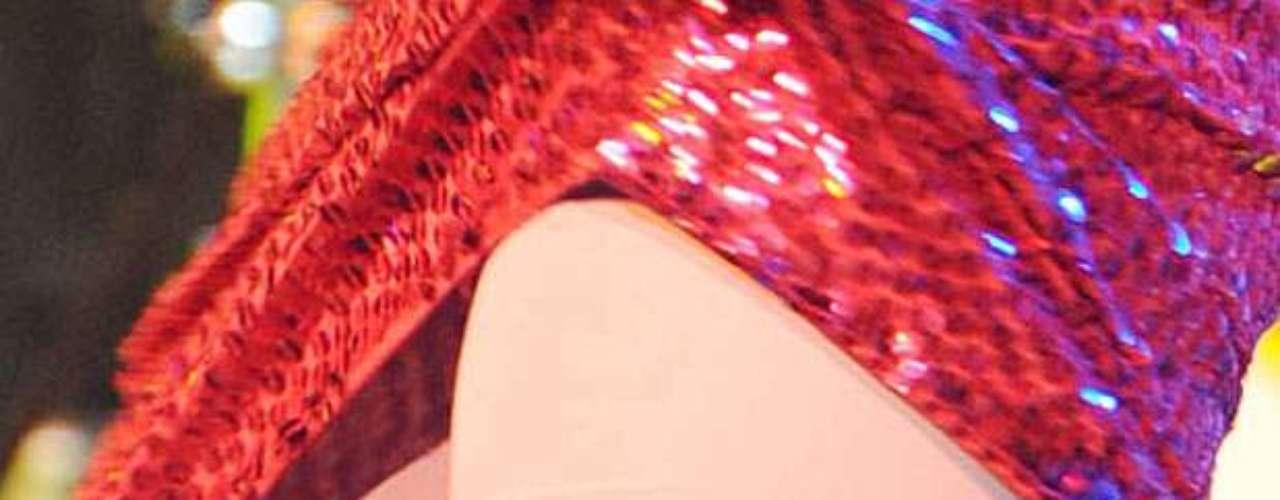 Muchas veces la cantante se entrega tanto a sus fans que no le importa mostrar que trae un 'truco' debajo del vestido