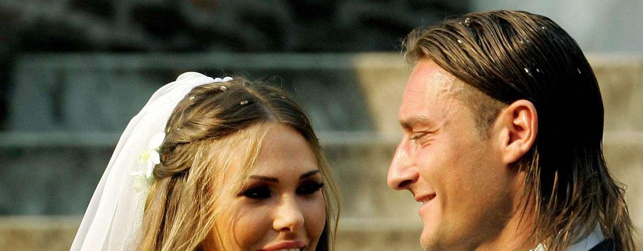 Francesco Totti e Ilary Blasi: El delantero de la Roma y la bella modelo y figura de la televisión italiana están casados desde enero del 2005, aunque se conocieron el año 2001. La pareja tiene un hijo, Cristian, y una hija, Chanel.