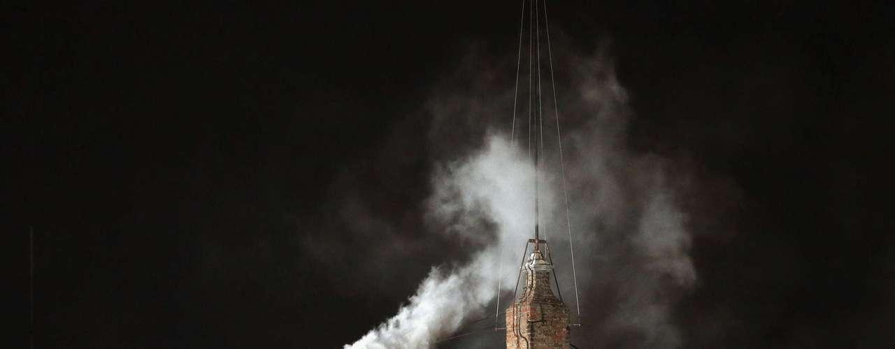 Una densa fumata blanca anunció este miércoles por la tarde en la plaza de San Pedro del Vaticano la elección de un nuevo papa.