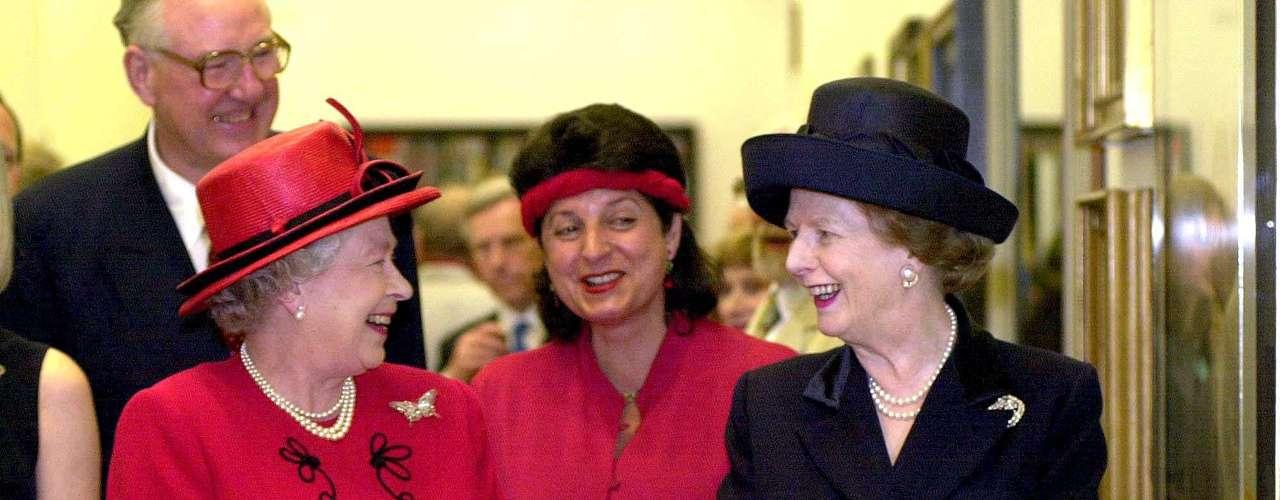 La Reina Isabel, a la izquierda, charla con la ex primera ministra y baronesa Margaret Thatcher durante la apertura de la nueva ala de la National Portrait Gallery de Londres, en el año 2000.