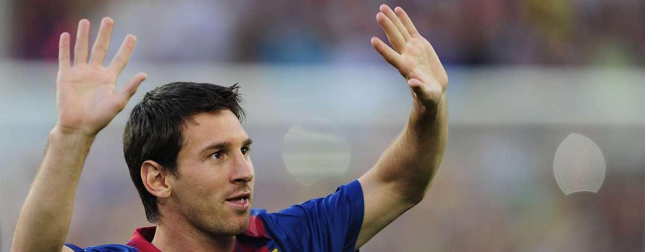 Máxima figura del equipo catalán, Messi también llegó a lucir el brazalete de capitán en algunos encuentros. Pese a la presencia de figuras de peso como Xavi y Puyol, de a poco va convirtiéndose en referente.