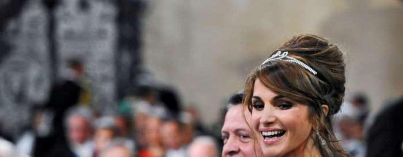 Otra de las que mantiene un perfil fuerte es Rania de Jordania que, pese al conservadurismo de algunos sectores islámicos, luce alta costura y acostumbra a llevar su melena al viento.