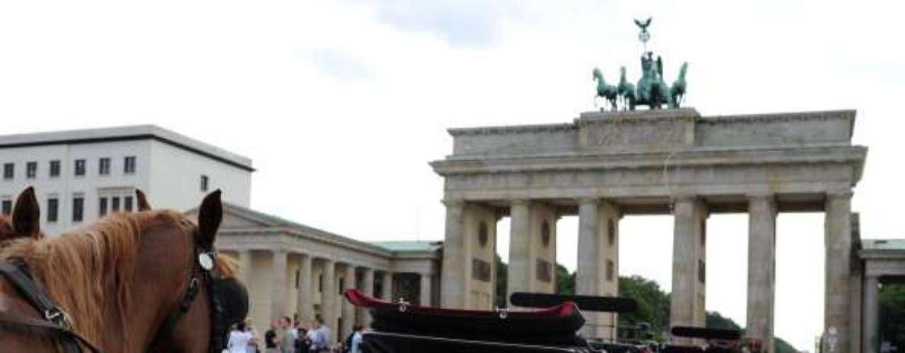 Alemania aparece en la lista como el sexto país más privilegiado del  Índice de Desarrollo Humano (IDH). La gráfica muestra un carro para los turistas, en la Puerta de Brandenburgo, Berlín.