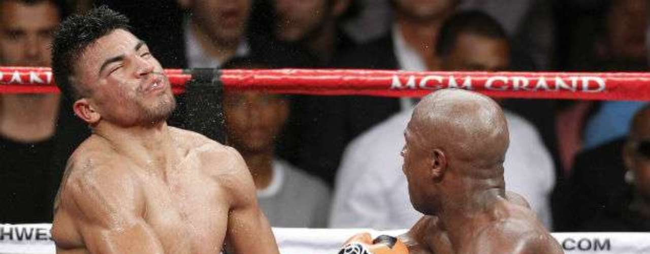 Otro nocaut fulminante fue el de Floyd Mayweather sobre Victor Ortiz. En el 2011, ambos chocaron en una pelea que terminó de forma polémica. Ortiz incurrió en una falta al darle un cabezazo a 'Money'. Cuando se reanudó el pleito, 'Vicious', apenado, se desconcentró al no mantener su guardia, hecho que aprovechó Mayweather para vencerlo.