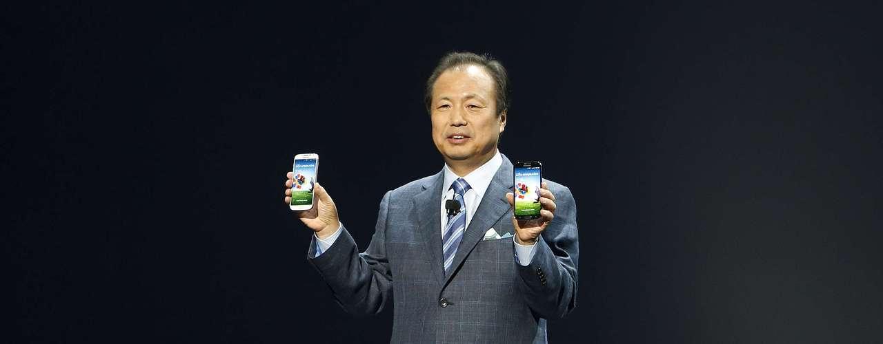J. K. Shin sostienen sus manos el Galaxy S4, disponible en blanco y negro.