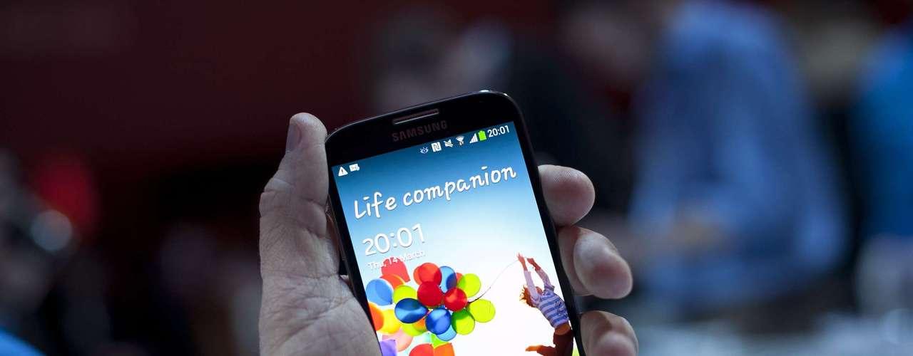 """De las demás aplicaciones se destacan: el """"S Healt"""" que monitorea el estado de salud, que puede contar las calorías que se queman; """"Chat On"""", con las videollamadas; Y el """"Samsung Knox"""" que divide el uso persona del laboral."""
