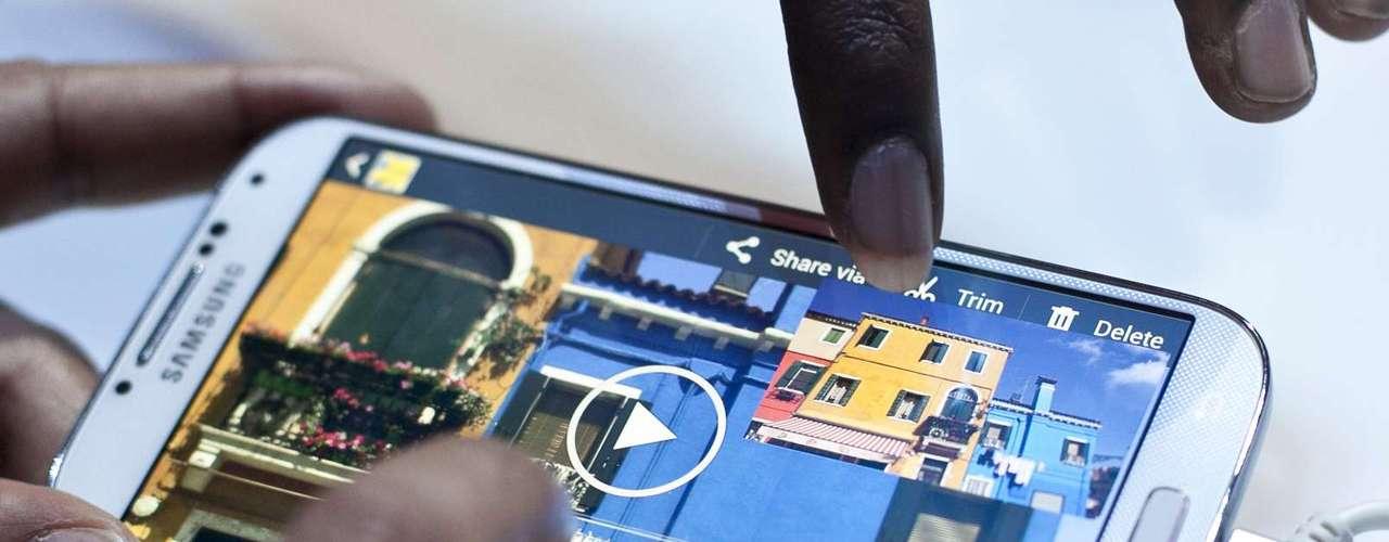 """El Galaxy S4 puede tomar fotos con la cámara trasera y la cámara frontal al mismo tiempo, gracias a su app """"Sound and Shot"""", que permite hacer capturas de imágenes e incluir el sonido en el momento que fue tomada."""